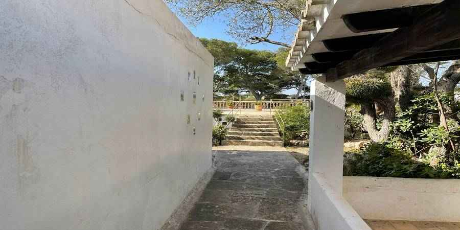 Plot of 600m2 in Cala D'or old town by the marina with pool and sea view