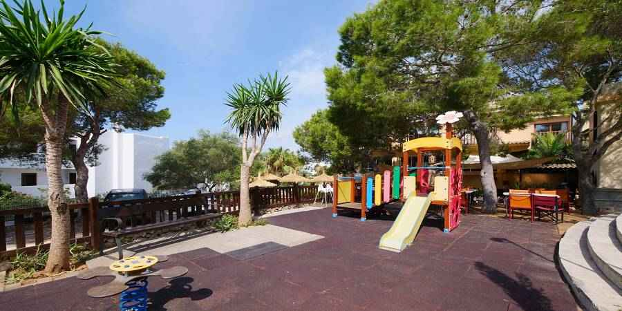 Cala Ferrera villa with pool and tourist licence beside the beach